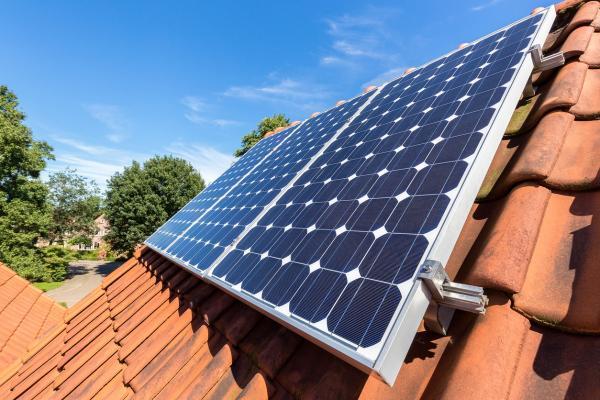 Paneles solares colocados en un techo