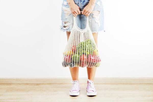 Cómo evitar la contaminación del plástico - Usa alternativas a las bolsas de plástico al hacer la compra