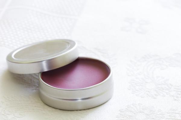 Cómo hacer maquillaje ecológico casero - Cómo hacer bálsamo labial casero con color